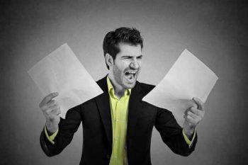 אילוסטרציה: תסכול על מסמך